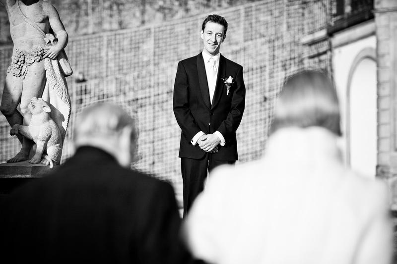 Bräutigam erwartet seine Braut auf Schloss Wackerbarth